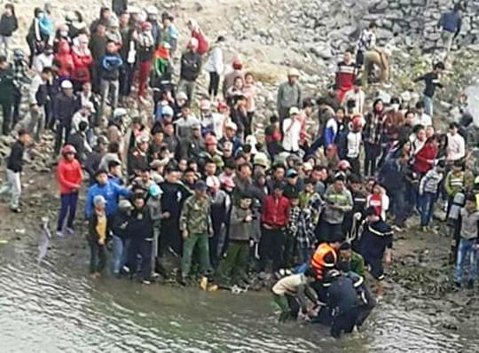 Truy tặng huy hiệu tuổi trẻ cho nam sinh viên cứu 3 mẹ con rơi xuống sông - Ảnh 1.