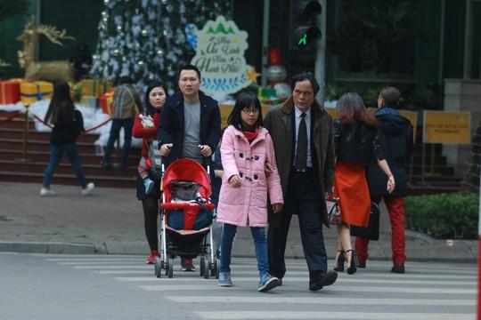 Ngày đầu người đi bộ sai luật có thể bị phạt tù đến 15 năm - Ảnh 2.