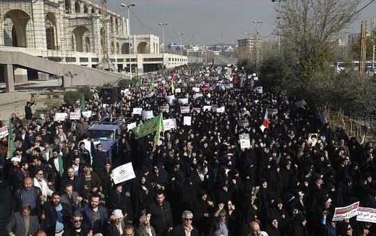Biểu tình bạo lực ở Iran, hơn 10 người thiệt mạng - Ảnh 1.