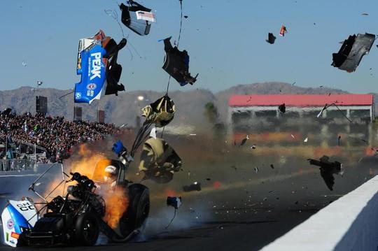 Kinh hoàng cảnh xe đua nổ tung - Ảnh 2.