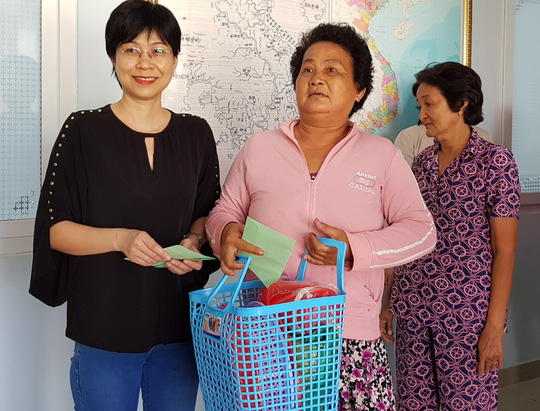 Trao 200 suất quà cho người nghèo quận 8, TP HCM - Ảnh 1.