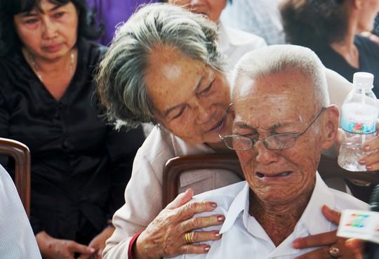 Nấc nghẹn trong lễ viếng nguyên Thủ tướng Phan Văn Khải - Ảnh 1.