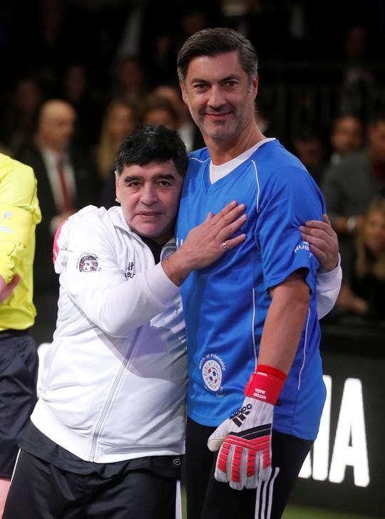Mourinho dẫn dắt Usaint Bolt đối đầu đội bóng của Maradona - Ảnh 10.