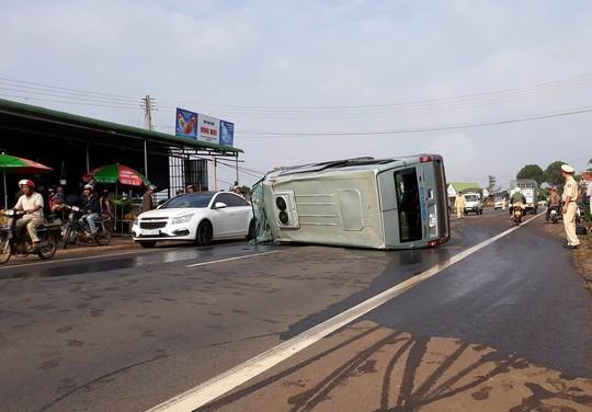 Xe tải lao vào trạm thu phí BOT, tài xế chết kẹt trong cabin - Ảnh 2.