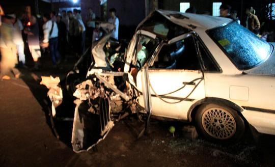 Đối đầu xe đầu kéo, tài xế chết kẹt trong xế hộp - Ảnh 2.
