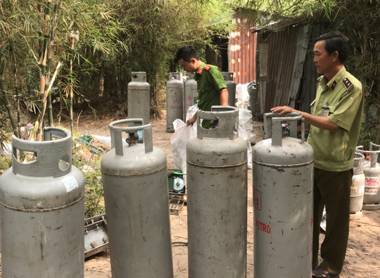 Sang chiết hàng ngàn bình gas lậu giữa khu phố - Ảnh 1.