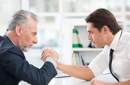 5 cách ứng xử để làm việc tốt với đồng nghiệp lão làng - Ảnh 1.
