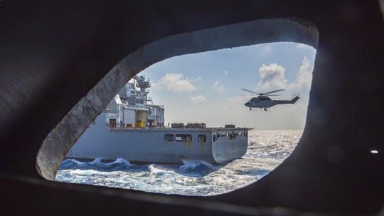 Hình ảnh mới nhất trên Biển Đông của tàu sân bay Mỹ sắp đến Việt Nam - Ảnh 21.