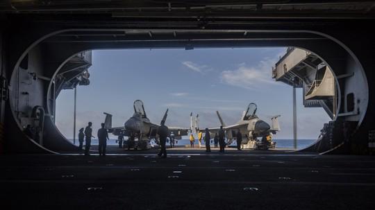 Hình ảnh mới nhất trên Biển Đông của tàu sân bay Mỹ sắp đến Việt Nam - Ảnh 22.