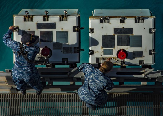 Hình ảnh mới nhất trên Biển Đông của tàu sân bay Mỹ sắp đến Việt Nam - Ảnh 23.
