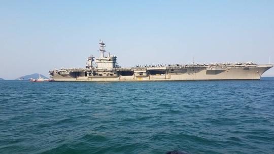 Tàu sân bay USS Carl Vinson rời Đà Nẵng - Ảnh 2.