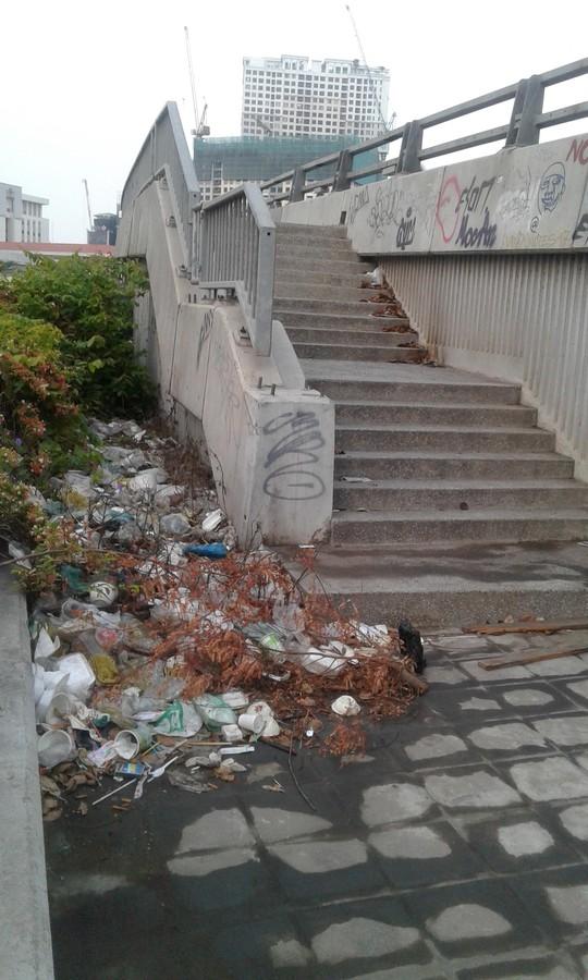 Chân cầu thành nơi xả rác, tiểu tiện - Ảnh 1.