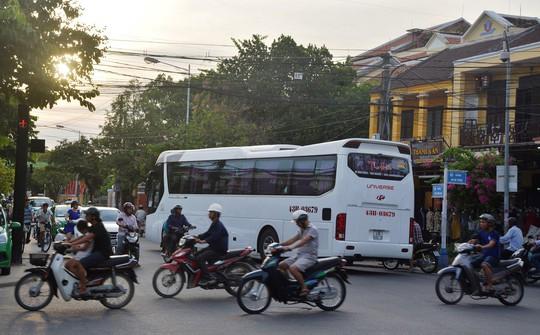 Hội An đang quá tải xe khách du lịch - Ảnh 1.