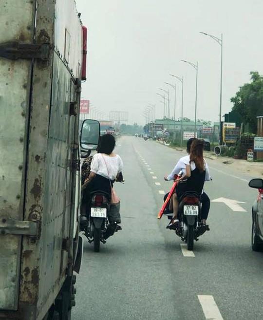 """Nam nữ thanh niên """"đầu trần"""" chạy xe máy hàng ngang, đánh võng trên QL1A - Ảnh 3."""
