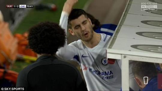 Dứt điểm dở tệ, Morata bị ném đá - Ảnh 1.