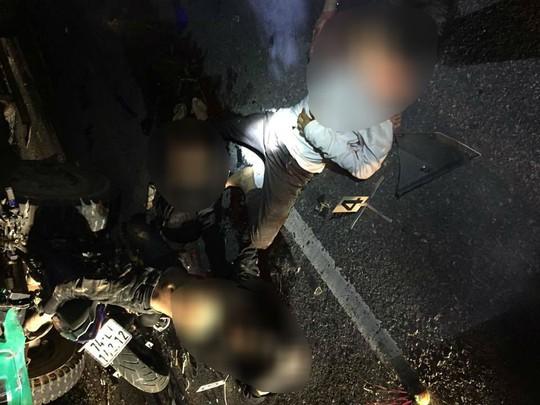 Tông vào đuôi ô tô tải, 4 học sinh tử vong - Ảnh 1.