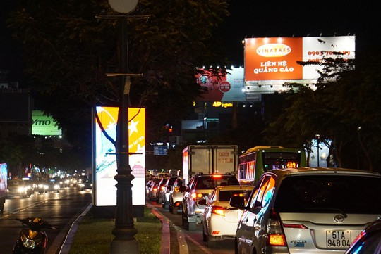 Giao thông cửa ngõ sân bay Tân Sơn Nhất lại hỗn loạn - Ảnh 4.