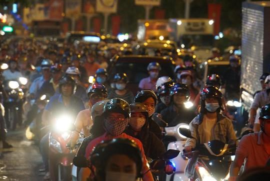 Giao thông cửa ngõ sân bay Tân Sơn Nhất lại hỗn loạn - Ảnh 11.