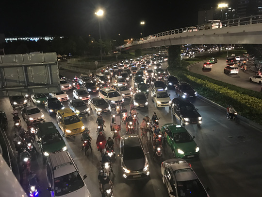 Giao thông cửa ngõ sân bay Tân Sơn Nhất lại hỗn loạn - Ảnh 5.