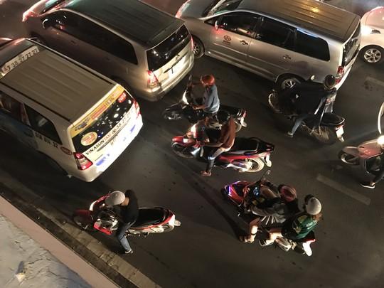 Giao thông cửa ngõ sân bay Tân Sơn Nhất lại hỗn loạn - Ảnh 6.