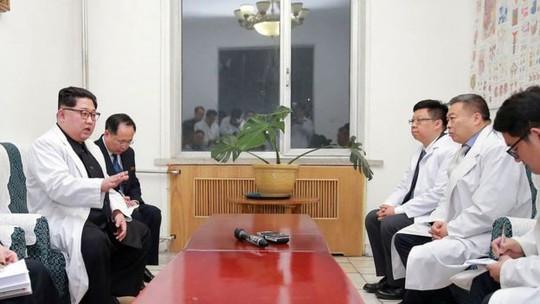 Hành động hiếm thấy của ông Kim Jong-un - Ảnh 2.