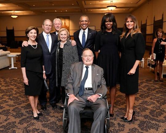 Sau khi chôn vợ, cựu Tổng thống Bush nhập viện - Ảnh 3.
