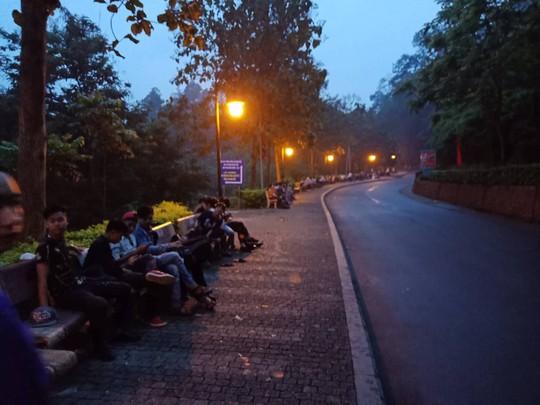 Cận cảnh lực lượng an ninh lễ hội Đền Hùng làm việc dưới mưa xối xả - Ảnh 3.