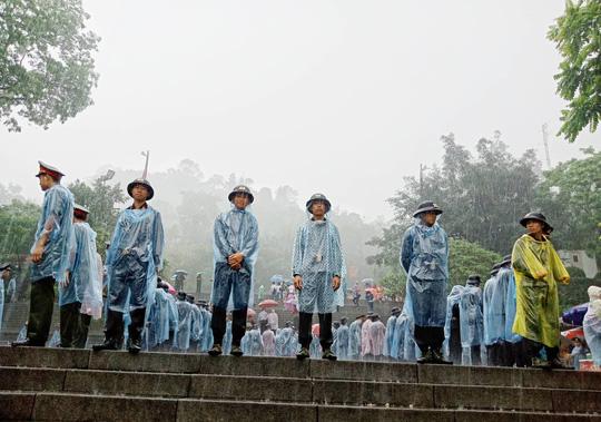 Cận cảnh lực lượng an ninh lễ hội Đền Hùng làm việc dưới mưa xối xả - Ảnh 12.