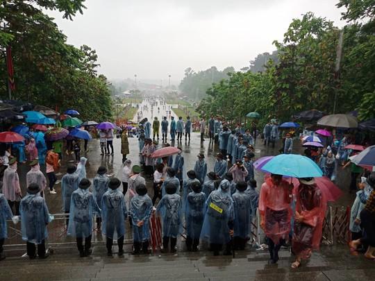 Cận cảnh lực lượng an ninh lễ hội Đền Hùng làm việc dưới mưa xối xả - Ảnh 8.