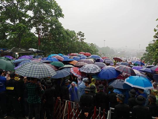 Cận cảnh lực lượng an ninh lễ hội Đền Hùng làm việc dưới mưa xối xả - Ảnh 9.