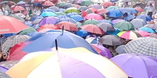 Cận cảnh lực lượng an ninh lễ hội Đền Hùng làm việc dưới mưa xối xả - Ảnh 10.