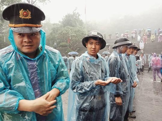 Cận cảnh lực lượng an ninh lễ hội Đền Hùng làm việc dưới mưa xối xả - Ảnh 13.