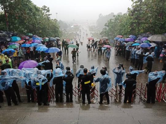 Cận cảnh lực lượng an ninh lễ hội Đền Hùng làm việc dưới mưa xối xả - Ảnh 7.