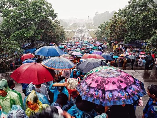 Cận cảnh lực lượng an ninh lễ hội Đền Hùng làm việc dưới mưa xối xả - Ảnh 20.