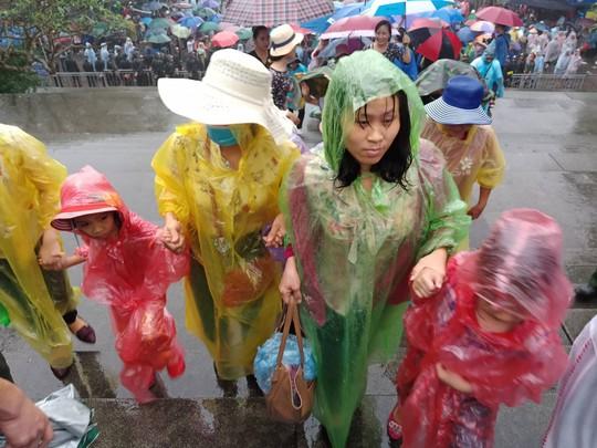 Cận cảnh lực lượng an ninh lễ hội Đền Hùng làm việc dưới mưa xối xả - Ảnh 15.