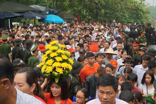 Cận cảnh lực lượng an ninh lễ hội Đền Hùng làm việc dưới mưa xối xả - Ảnh 22.