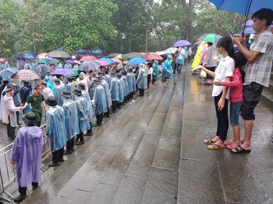 Cận cảnh lực lượng an ninh lễ hội Đền Hùng làm việc dưới mưa xối xả - Ảnh 17.