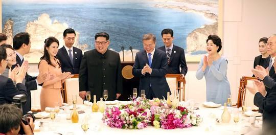 Tiệc tối thân tình của thượng đỉnh liên Triều - Ảnh 1.