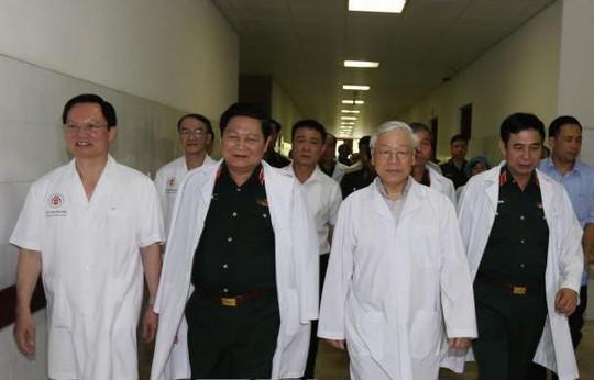 Tổng Bí thư đến bệnh viện thăm nguyên Tổng Bí thư Đỗ Mười, nguyên Chủ tịch nước Lê Đức Anh - Ảnh 1.
