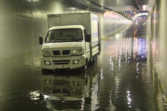 Hầm chui trăm tỉ ở Đà Nẵng lại thành sông sau cơn mưa lớn - Ảnh 1.