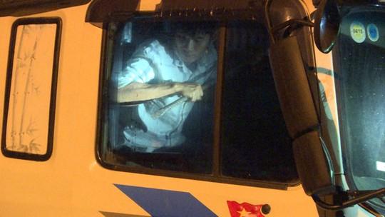 Tông thẳng vào công an, 2 ma men cầm xà beng cố thủ trong xe tải - Ảnh 2.