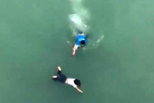 Clip nam thanh niên lao xuống sông cứu cô gái nhảy cầu tự tử - Ảnh 1.