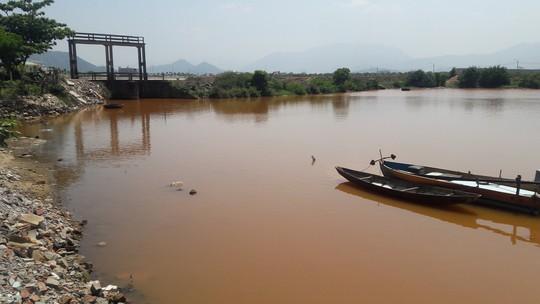Đà Nẵng: Hơn 8km sông Cu Đê chuyển màu đỏ gạch, người dân lo lắng - Ảnh 1.