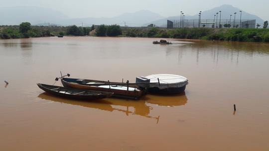Đà Nẵng: Hơn 8km sông Cu Đê chuyển màu đỏ gạch, người dân lo lắng - Ảnh 4.