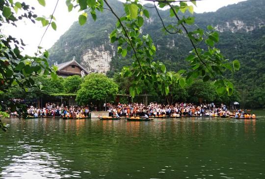 Vạn du khách rồng rắn hàng giờ mua vé đi thuyền ở Tràng An - Ảnh 3.