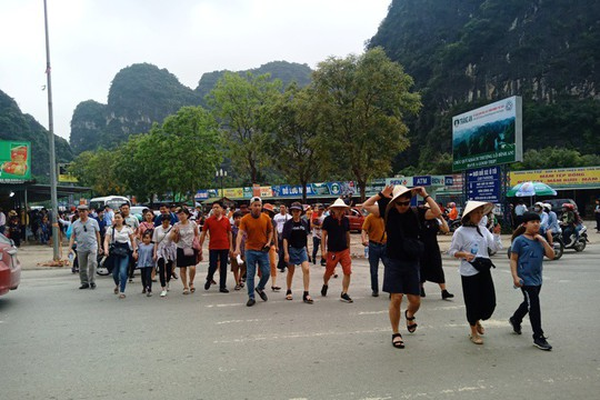 Vạn du khách rồng rắn hàng giờ mua vé đi thuyền ở Tràng An - Ảnh 6.