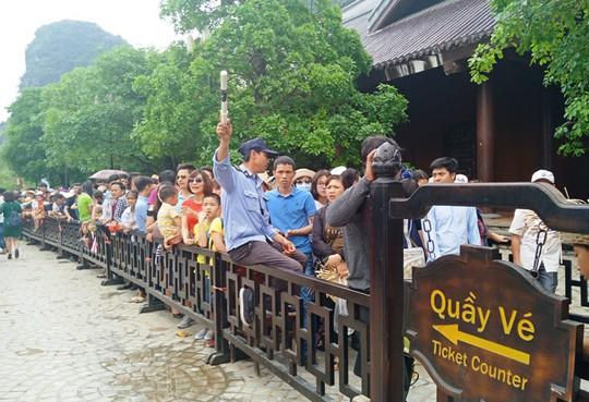 Vạn du khách rồng rắn hàng giờ mua vé đi thuyền ở Tràng An - Ảnh 9.