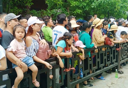 Vạn du khách rồng rắn hàng giờ mua vé đi thuyền ở Tràng An - Ảnh 10.