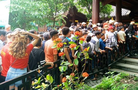 Vạn du khách rồng rắn hàng giờ mua vé đi thuyền ở Tràng An - Ảnh 11.