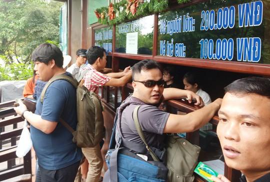 Vạn du khách rồng rắn hàng giờ mua vé đi thuyền ở Tràng An - Ảnh 14.